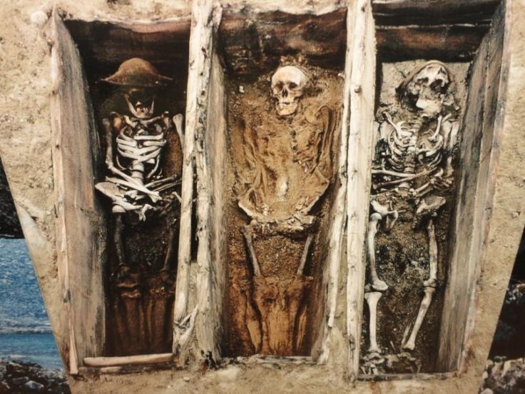 Foto de los cadáveres de tres balleneros encontrados recientemente. Foto: Alba Aguión, Museo de Longyearbyen.