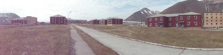 Vista de algunos de los edificios de Pyramiden. El edificio color arena a la derecha de la imagen es actualmente el único habitado en el poblado – por apenas 2 o 3 personas que actúan como guías y guardianes del poblado durante el verano. Foto: Alba Aguión.